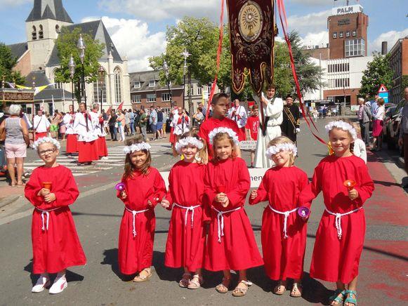 Ook kinderen stappen mee in de Sint-Genovevaprocessie.
