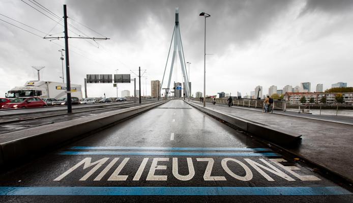 Een milieuzone bij de Erasmusbrug in het centrum van Rotterdam.