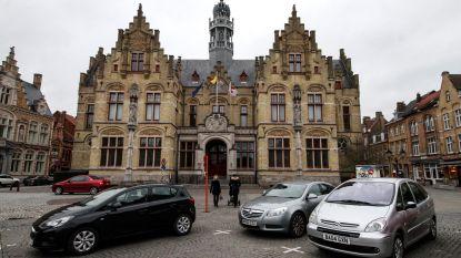 Agenten trekken met getrokken wapen rechtbank binnen