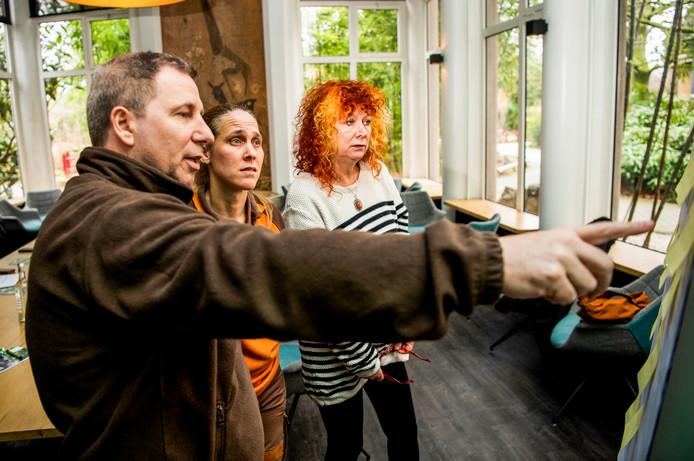 De driekoppige jury - AD-columniste Carrie, Blijdorpdirecteur Erik Zevenbergen en leeuwenverzorgster Linda Paul - overleggen over de inzendingen.