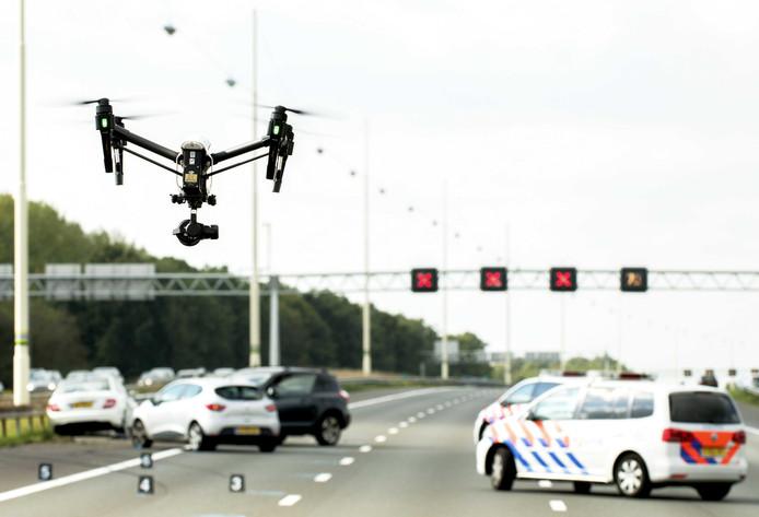 De A12 Utrecht-Den Haag is urenlang dicht geweest na een groot verkeersongeluk ter hoogte van Woerden.