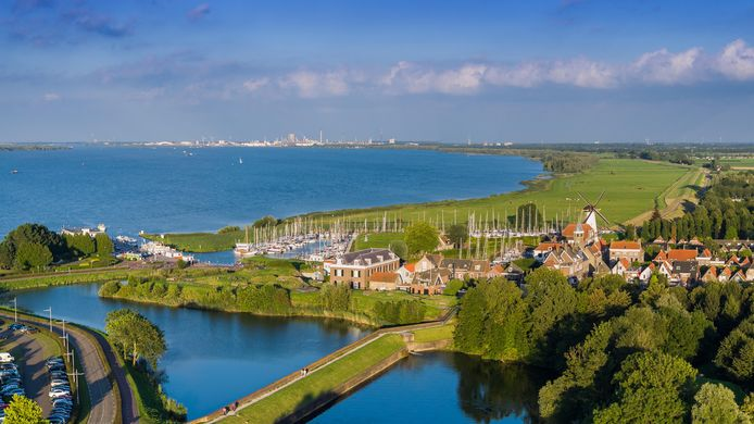 Willemstad met in de achtergrond Moerdijk