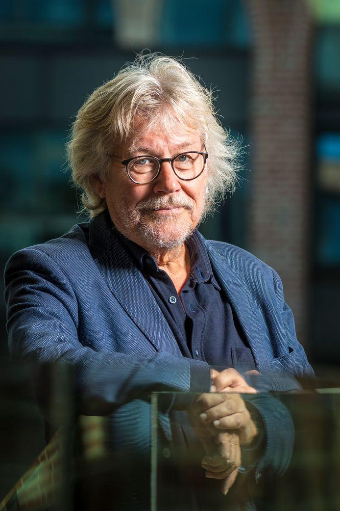 De nieuwe Hellendoornse wethouder Henk Nijhof doorkruist de regio op de fiets op zoek naar de beste appeltaart bij de koffie.