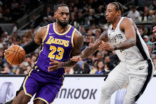 LeBron James dribbelt langs San Antonio Spurs' DeMar DeRozan.