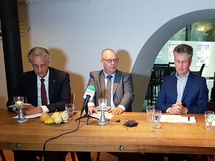 CDA stapt uit college Dronten. Vlnr wethouder Nico Verlaan, fractievoorzitter Jan Klopman en wethouder Dirk Minne Vis