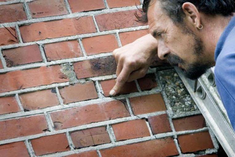 Een man uit Middelstum wijst naar een scheur in de muur van zijn woning aan het Kerkepad. Het noorden van Groningen is dinsdagochtend opgeschrikt door een aardbeving. De schok, met een kracht van 3,5 op de schaal van Richter, evenaart de zwaarste beving tot dusver in Nederland, onder Bergen in Noord-Holland. (ANP) Beeld null