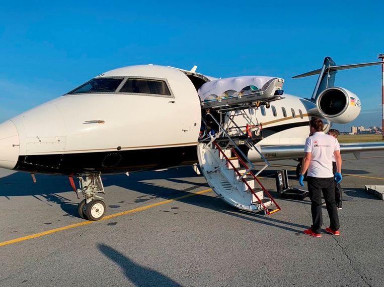 De Russische oppositieleider Alekej Navalny wordt aan boord gebracht van het speciale Duitse ziekenhuisvliegtuig op de luchthaven van Omsk. Beeld AP