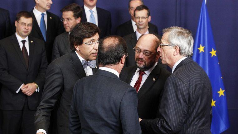 Premier Di Rupo van België (links), voorzitter van het Europees Parlement Schultz, de premier van Luxemburg Juncker (van links naar rechts) en de Franse president Hollande (op de rug) praten tijdens een EU-top in Brussel in december vorig jaar. Beeld EPA