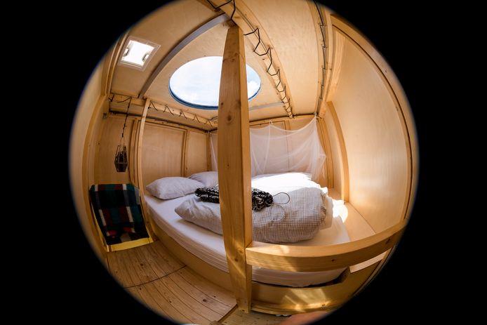 De slaapverdieping van de hut in Leimuiden met bovenin een koepel waardoor je naar de sterrenhemel kunt kijken.