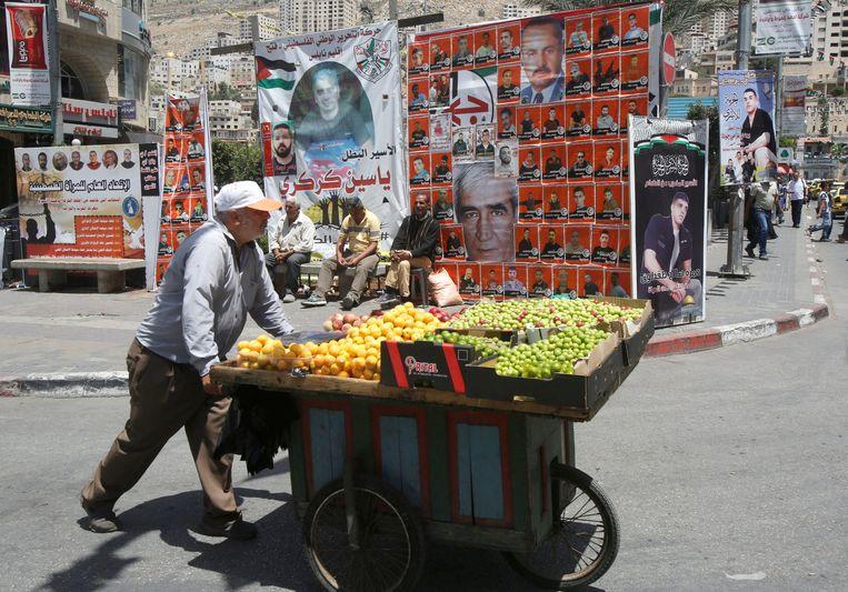 Op de Westelijke Jordaanoever heerst vooral apathie. Posters van hongerstakers hangen overal, maar demonstraties om hen te steunen trekken nauwelijks deelnemers.  Beeld REUTERS