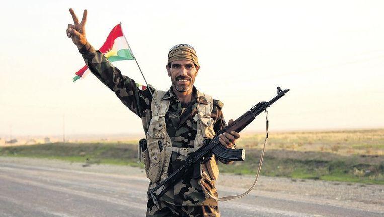 Een pesjmerga bij de strategisch gelegen stad Zumar die door de Koerden op IS heroverd is. FOTO Beeld reuters