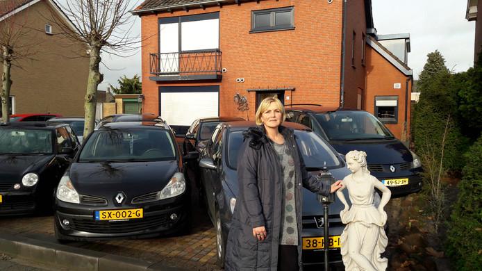 Caroline Heeren van Sweet Caroline Cars in St. Willebrord op een foto begin dit jaar. Het bestemmingsplan laat volgens de gemeente Rucphen geen autohandel toe in de Nachtegaalstraat.