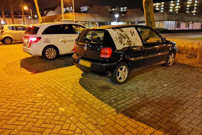 Een ruit van een Volkswagen Polo werd zondagavond vernield op een parkeerterrein in Ede.