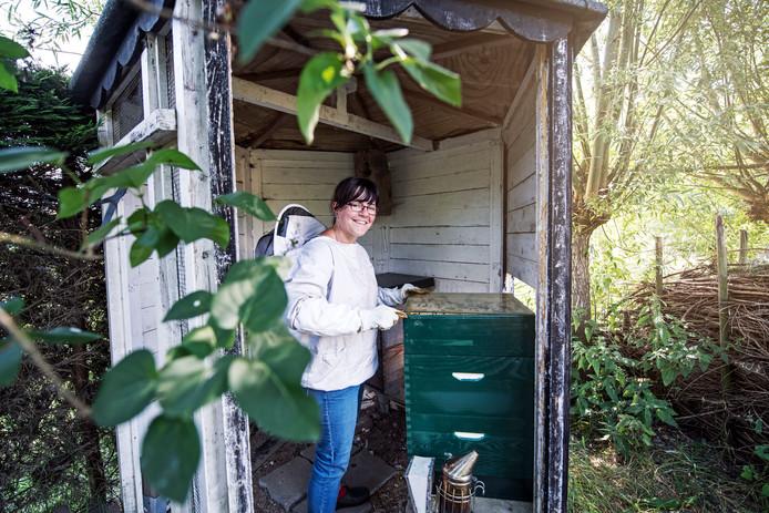 Nathalie Lokerse houdt bijen in haar achtertuin.