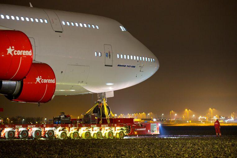 De Boeing 747-400 werd afgelopen nacht met een zelfrijdende platform in beweging gebracht. Beeld AP