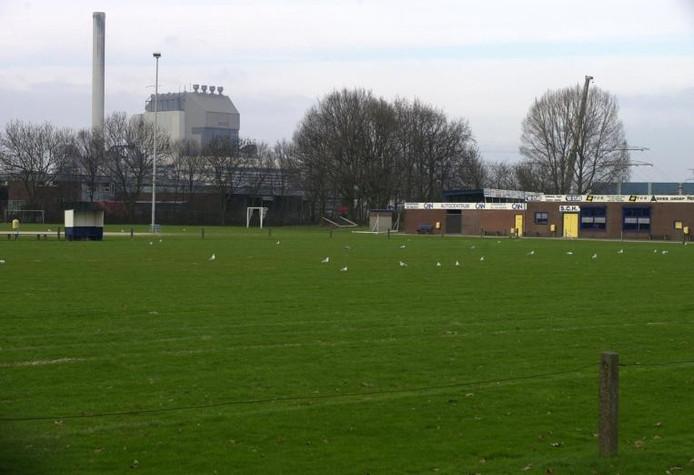De sportvelden en het clubhuis van de opgeheven voetbalclub SCH in het Nijmeegse Waterkwartier. Het clubhuis gaat nog voor de kerst plat.