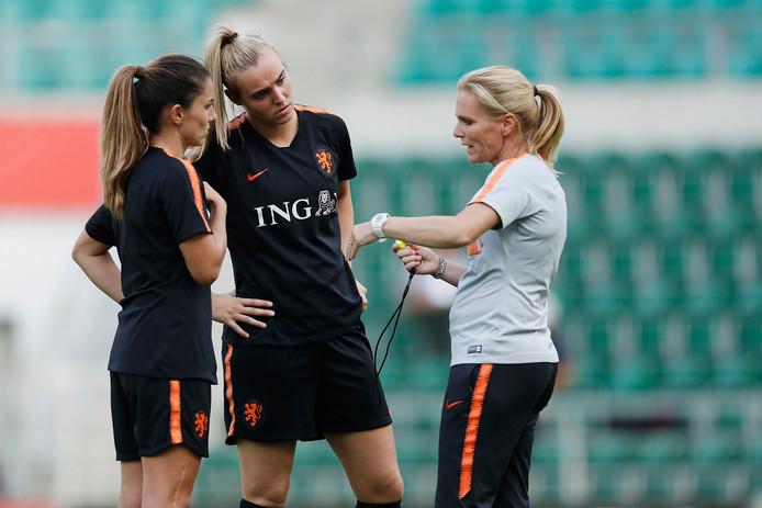 Daniëlle van de Donk en Jill Roord in gesprek met coach Sarina Wiegman.