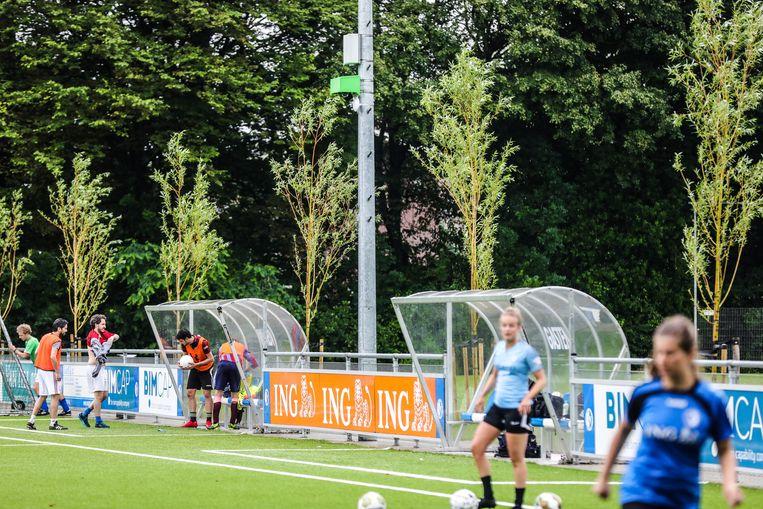 Camera (op lichtmast) van VoetbalTV bij het voetbalveld van WV-HEDW in Oost.  Beeld Eva Plevier