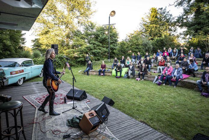 Erwin Nyhoff verzorgde zaterdag, met zijn Corona Cadillac Concert, het eerste buiten-optreden naast Herberg De Pol.