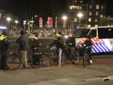 Onrust in Haagse wijk Duindorp: scooter in brand, politie bekogeld met vuurwerk en bushokje vernield