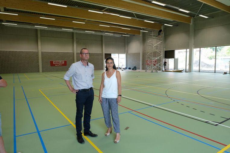 Schepenen Geert Verhulst en Alice Bruno in de nieuwe sporthal.