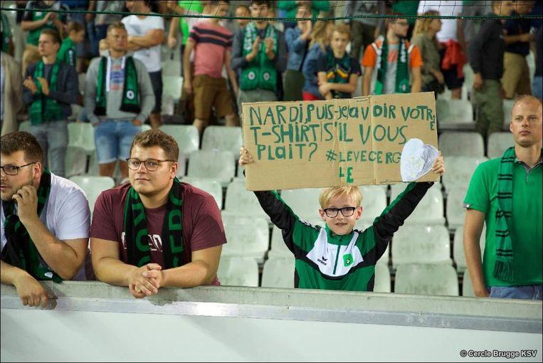 Thomas Van Goethem (11) met het bord waarmee hij elke thuiswedstrijd in de tribune stond.