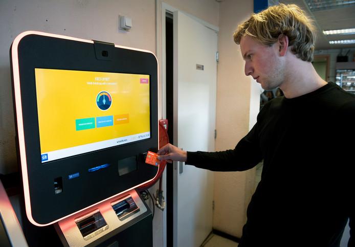 Bij snackbar Chao aan de Oude Pijlsweerdstraat staat een automaat waarmee je Bitcoins kunt kopen en verkopen