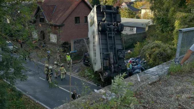 Vrachtwagen rijdt van brug: dode en gewonde