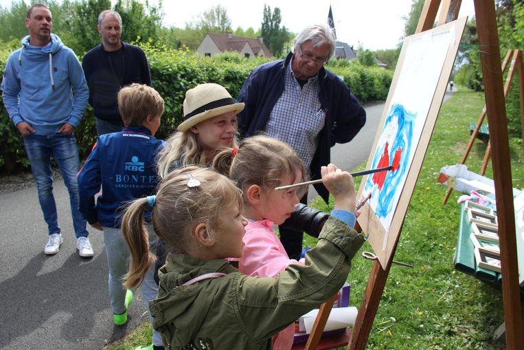 De kinderen halen hun schilderskunsten boven.