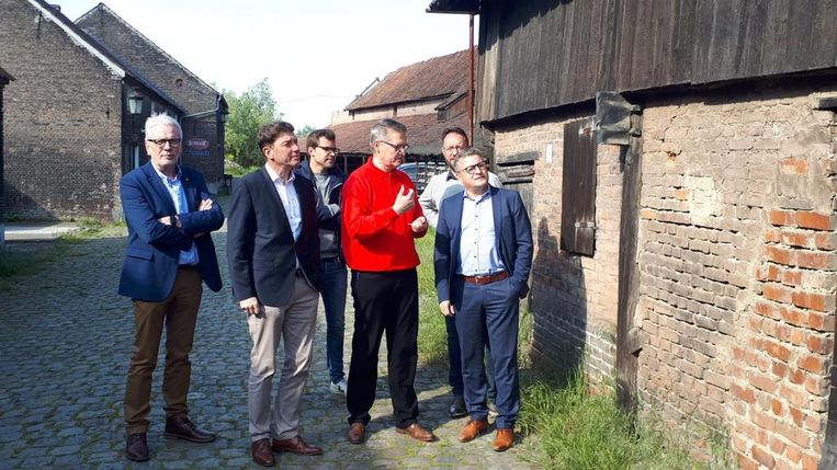 Koen Van den Heuvel (CD&V), rechts, krijgt een rondleiding op de site van Emabb.