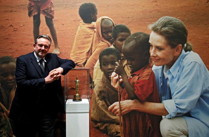 """Sean Hepburn Ferrer pose à l'exposition """"Intimate Audrey"""" dédiée à sa mère"""