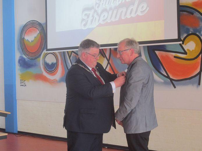 Burgemeester Bruls benoemde donderdag op het Kandinsky College Gerhard Halmanns tot Ridder in de Orde van Oranje-Nassau.