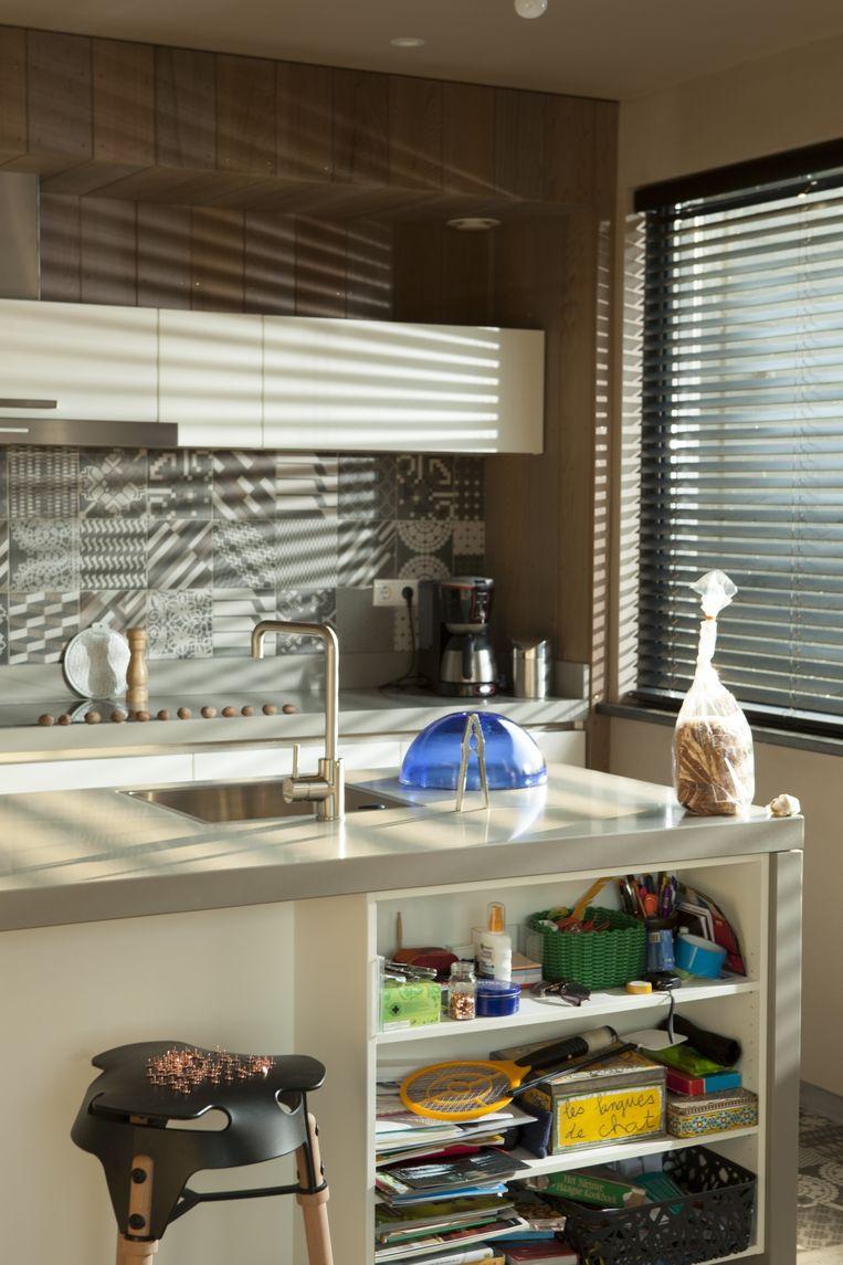 'De tegels in de keuken zijn voor fabrikant Mutina ontworpen door kunstenares Patricia Urquiola. We hebben gekozen voor een mix van patronen.' De kruk is van de Nederlandse ontwerper (en neef van Lisette) Joris de Groot. Beeld Jaap Scheeren