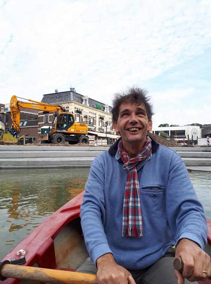 Fred Weinreder roeit de nieuwe havenkom in, als eerste varende bezoeker.