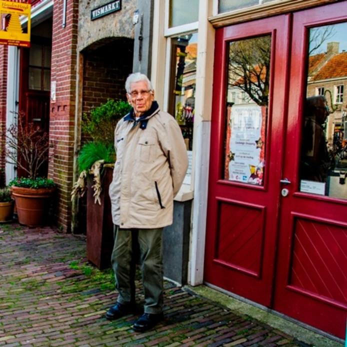Koos van Hoften had vroeger op de Vismarkt (pand waar hij voor poseert) een rijwiel- en bromfietshandel.