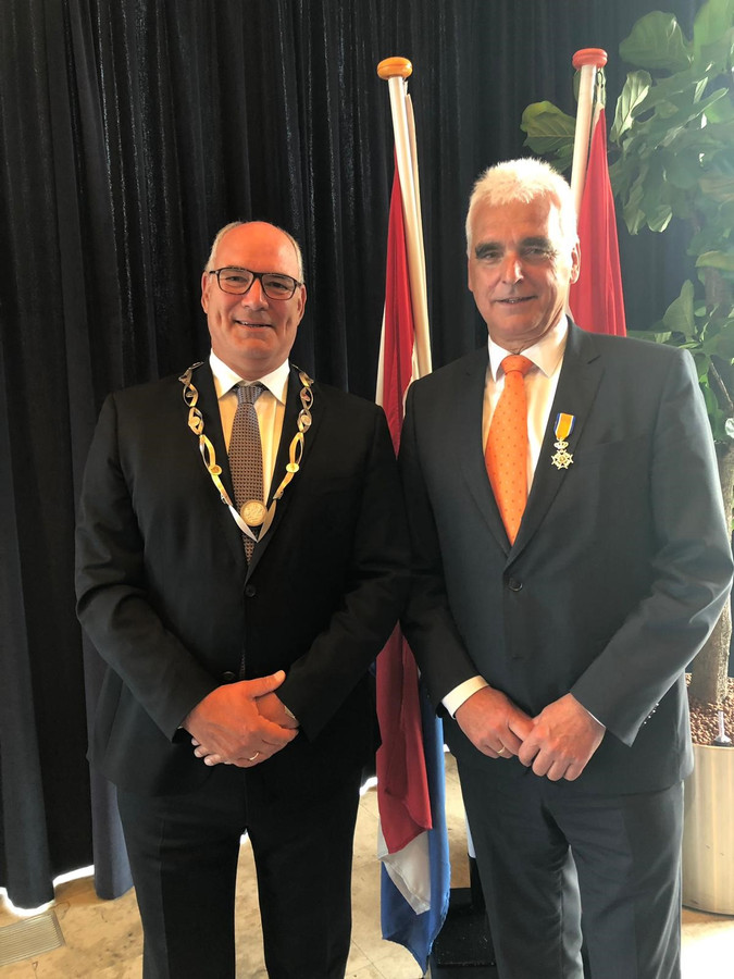 Eerder dit jaar kreeg Peter de Vries uit handen van burgemeester Henny van Kooten een Koninklijke Onderscheiding. De Vries kreeg dit lintje omdat hij 24 jaar voor het CDA in de gemeentepolitiek zit. Sinds de gemeenteraadsverkiezingen van 2018 is De Vries wethouder.