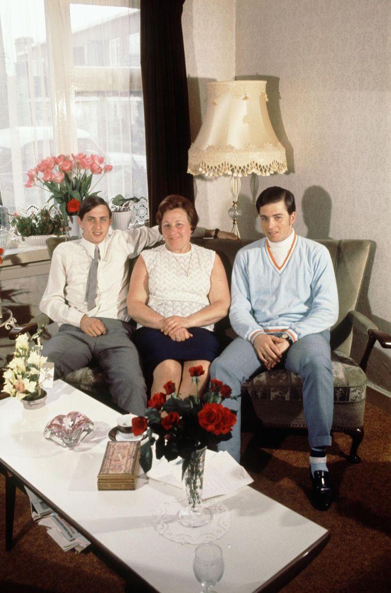 Johan, moeder Nel en Johans broer Henny, in de huiskamer in de Weidestraat, 1968 Beeld sem presser/mai
