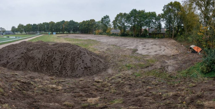 Waar voorheen VV Hoeven haar domein had, maakte aannemer Willemz een begin met het grondwerk. De laatste weken gebeurt er weinig meer. foto Marcel Otterspeer/Pix4Profs