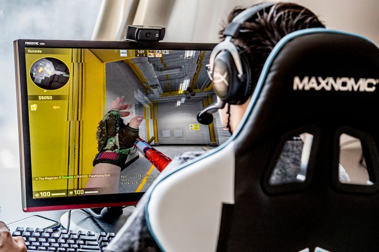 Een gamer speelt 'Counter-Strike'.