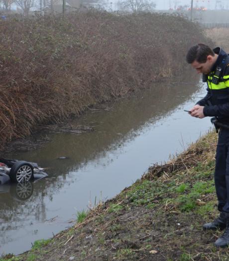 Auto over de kop en te water in Moordrecht