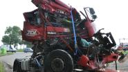 Vrachtwagenchauffeur knalt op stilstaand verkeer, na uur bevrijd uit cabine