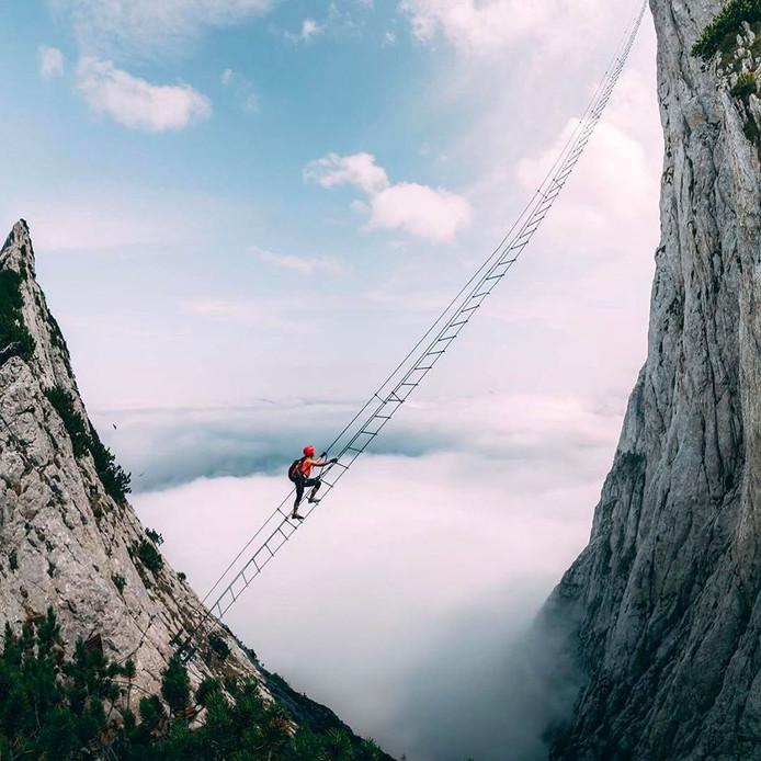 L'échelle de 43 mètres de long qui surplombe un vide de 700 mètres