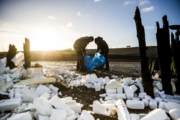 Vrijwilligers ruimen de troep op op de Wadden.