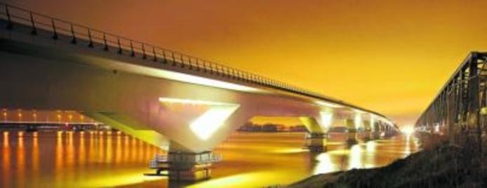 De drie bruggen in beeld. In het midden de slanke hsl-brug, rechts de robuuste spoorbrug uit 1872 en links de platte verkeersbrug die zeker nog tot 2025 dienst moet doen. foto Johan Wouters/het fotoburo
