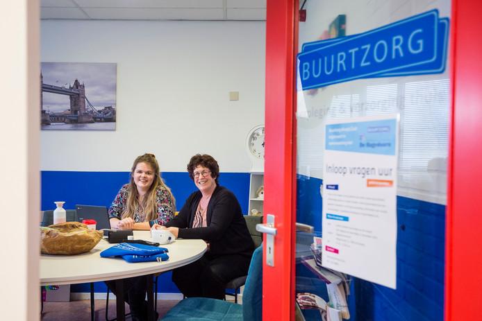 De wijkverpleegkundigen Marlis Roelofs (l) en Marion Stam zijn klaar om te beginnen met het inloopspreekuur in de Hagedoorn in het Nieuwstraatkwartier. Woensdagmiddag is de aftrap.