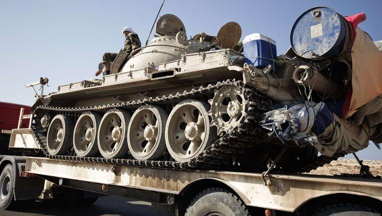 Een tank wordt naar het oostelijke front gereden. Beeld AFP