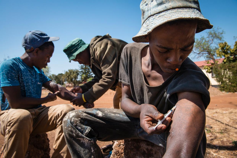 Matlhogonolo Ditshego (rechts) en zijn vrienden zetten hun ochtendshot.