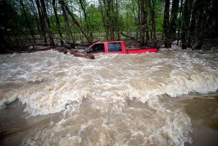 Deze pick-up werd door het wassende water van de Tittabawassee-rivier meegesleurd in Saginaw County. De bestuurder kon door de hulpdiensten gered worden.