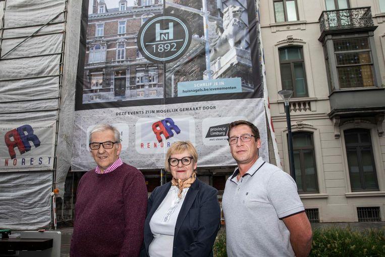Eigenaars Herman Collignon en zijn vrouw Ingrid Grobben, samen met gevelrenovator Mario Menjoie bij Huis Nagels.
