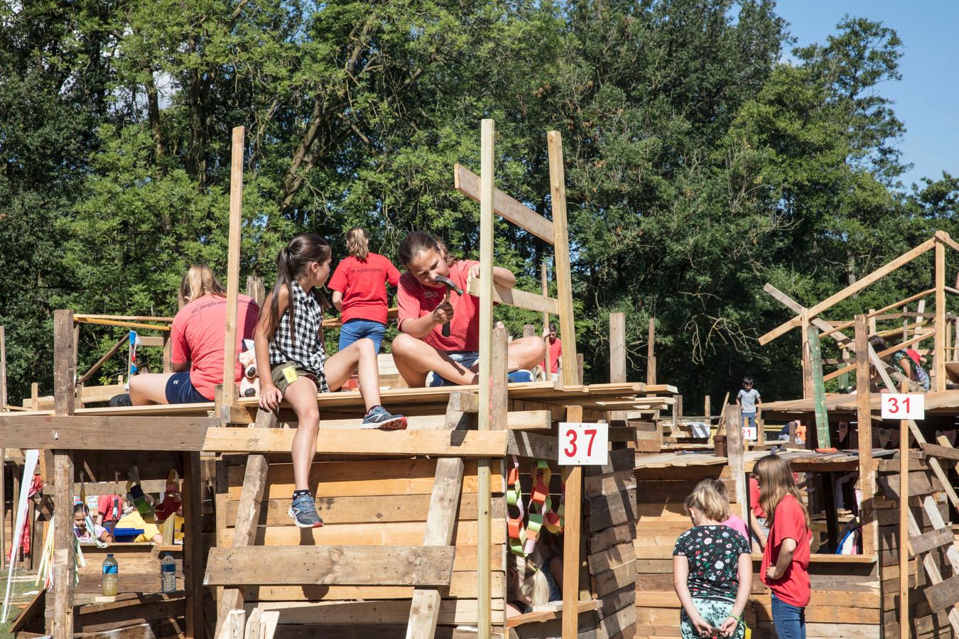Hutten bouwen tijdens kindervakantieweek in Someren.